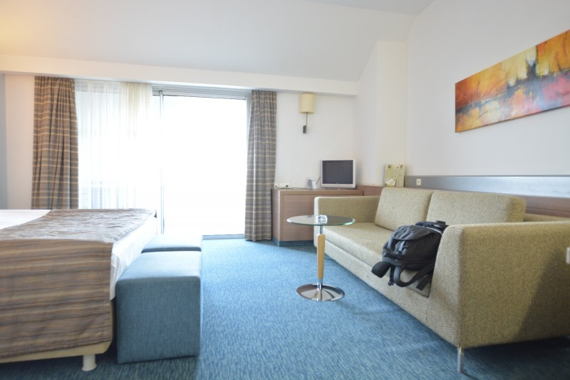 Blick vom Flur ins Zimmer 7005 des Hotels Concorde de Luxe / Lara