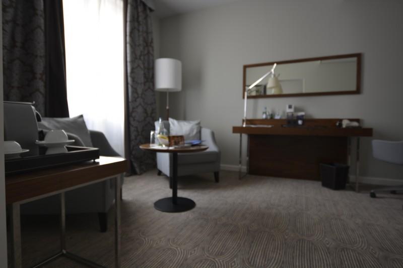 Blick vom Schlafzimmer in den Vorraum der Junior Suite des Schwarzen Bock Wiesbaden