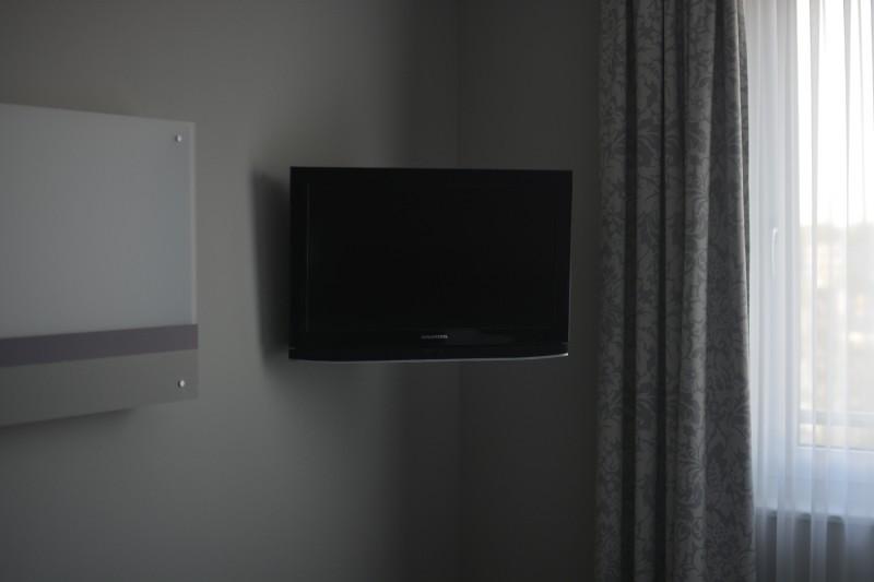 LCD Fernseher hängt neben dem Fenster im Acomhotel Nürnberg
