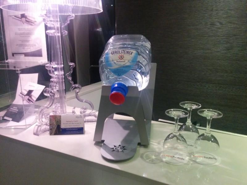 Wasserspender als Begrüßungsgetränk im Acomhotel Nürnberg für HRS Gäste... HRS ist bereits informiert