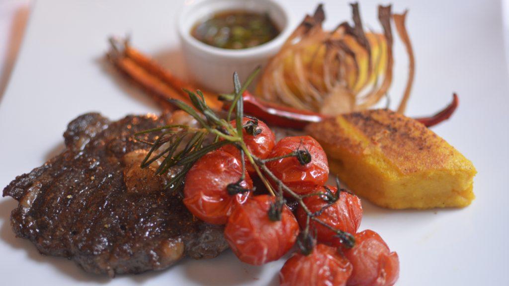Entrecôte mit Chimichurri, gebackener Polenta mit Tomate und Karotten zum Malbecworldday 2014 im Hotel Schwarzer Bock Wiesbaden