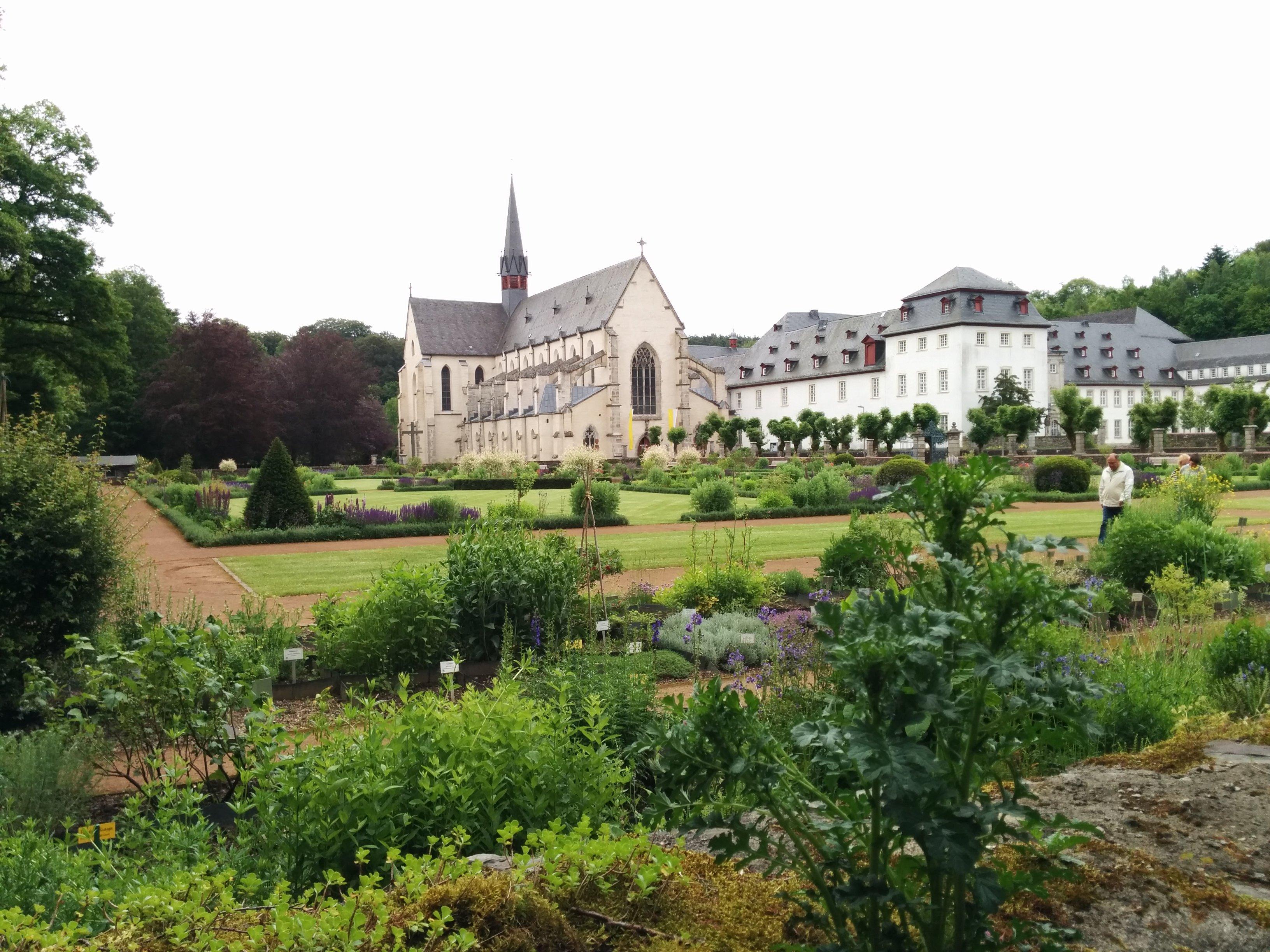 Westerwaldsteig Etappe 9: Teil des Apothekergartens mit Blick über den Klostergarten zur Klosterkirche