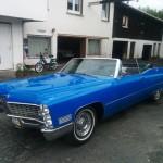 Westerwaldsteig:Blaues Cadillac Cabrio vor dem Cadillac Museum in Hachenburg