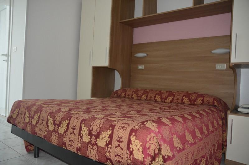 Doppelbett im Hotel Stacchini in Cesenatico