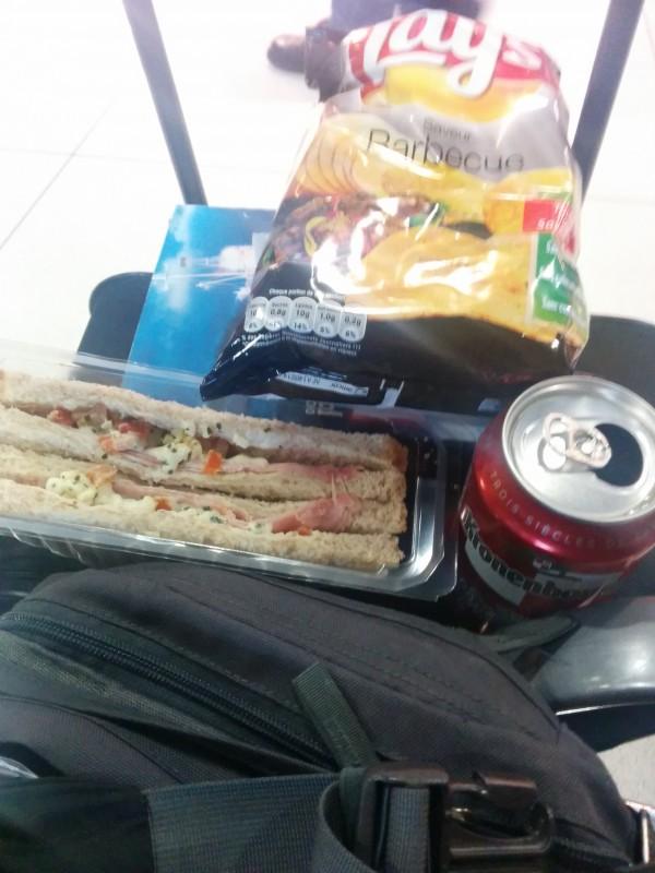 Meine bescheidene Mahlzeit beim Rückflug im Flughafen CDG