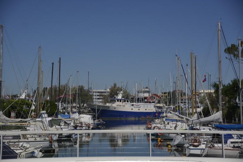 Blick in den Yachthafen von Cesenatico von der Brücke aus