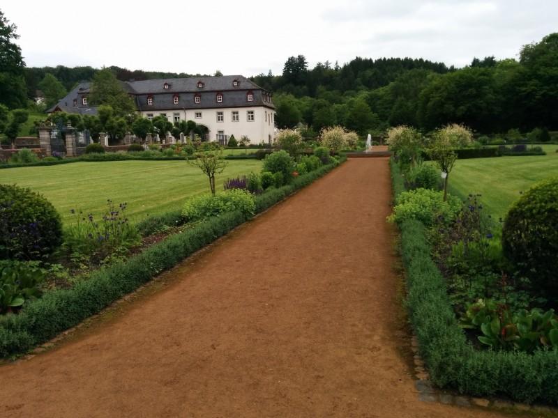 Westerwaldsteig Etappe 9: Klostergarten von der Klosterkirche her kommend