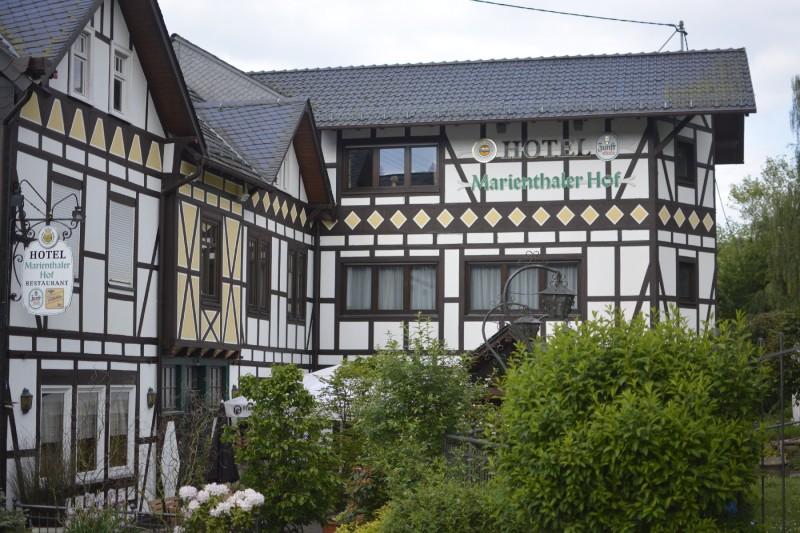 Blick von der Strasse auf das Landhotel Marienthaler Hof am Rande des Westerwaldsteigs