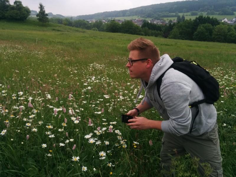 Volle Action für das perfekte Bild von Thorsten auf einer Wiese am Westerwaldsteig:)
