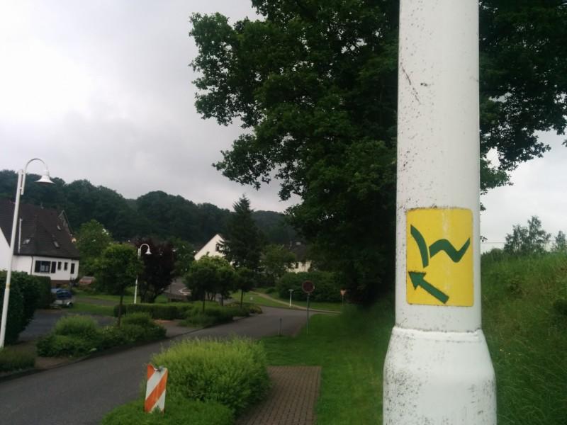 Wegweiser: Gelb ausgeschildert sind die Zuwege zum Westerwaldsteig. (grüner Pfeil auf gelben Grund)