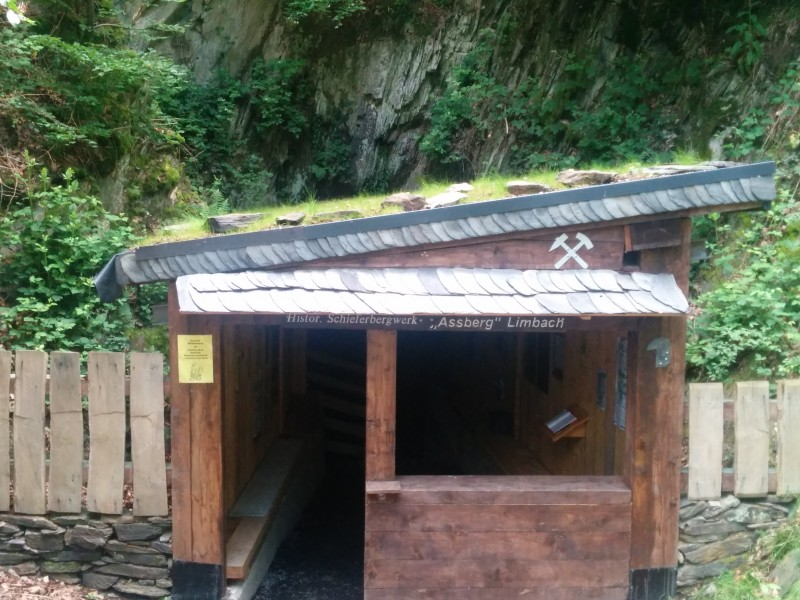 Westerwaldsteig Etappe 10: Hütte am Schieferbergwerk Assberg
