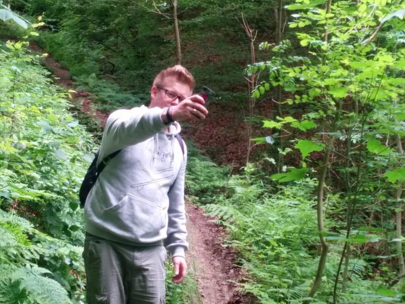 Westerwaldsteig Etappe 9: Thorsten konzentriert bei der Arbeit, Bilder für pixoona zu machen