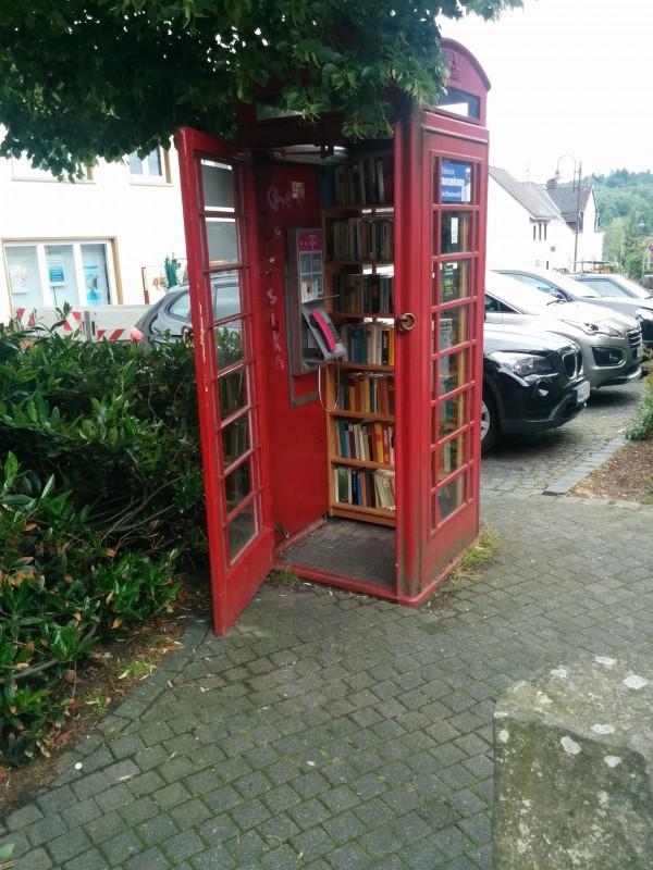 Hachenburg: Tauschbibliothek in Telefonzelle - auch nett