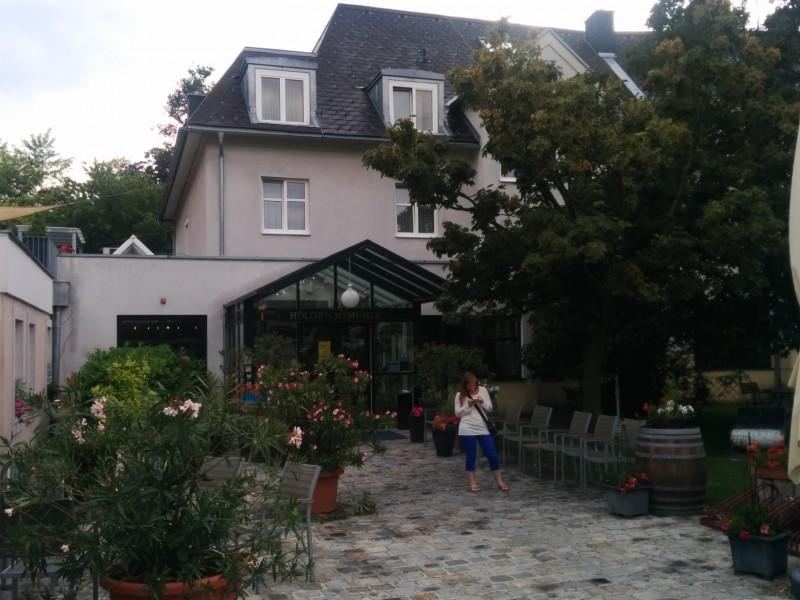 Elena erwischt vor dem Hotel Höldrichsmühle