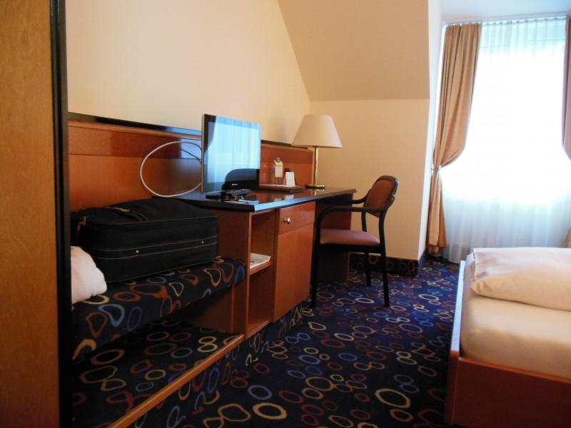 Schreibtisch und Ablage im Hotel Höldrichsmühle / HInterbrühl