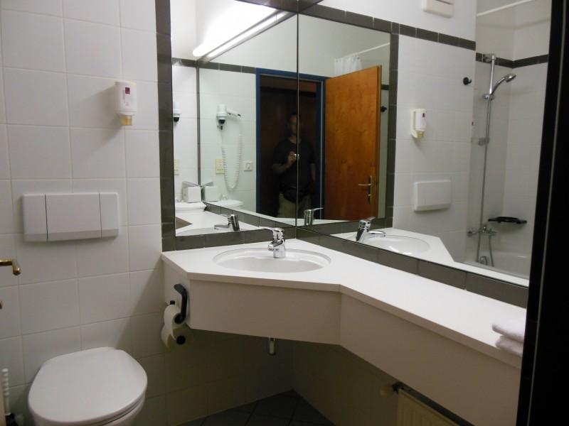 Waschbecken und Toilette im Hotel Höldrichsmühle / HInterbrühl