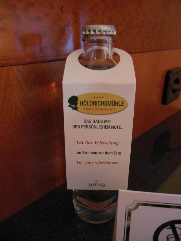 Eine Flasche Wasser gab es umsonst im Hotel Höldrichsmühle / HInterbrühl