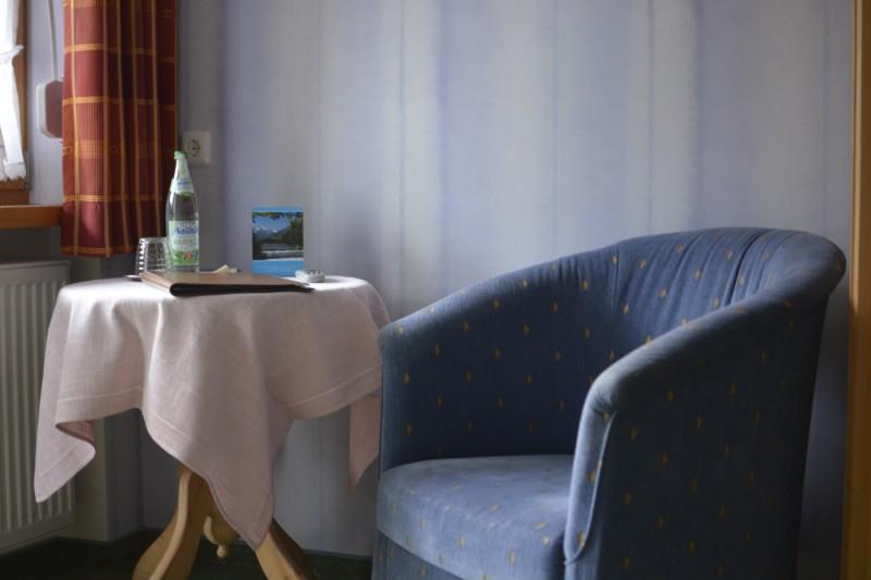Tisch und Sessel im Hotel Stillachtal