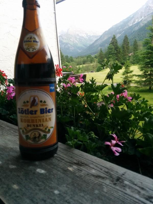 Abendliches Bier auf dem Balkon des Hotels Stillachtal