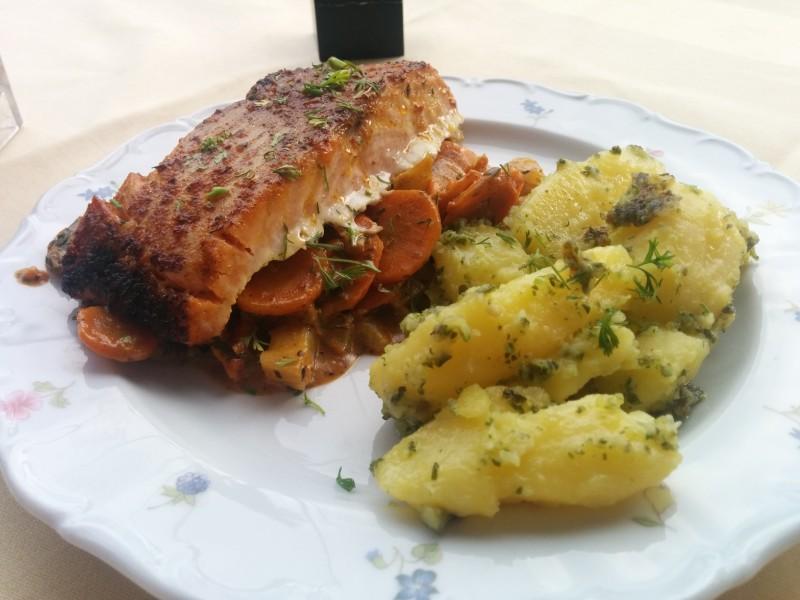 Lachs auf Gemüse mit Kartoffeln