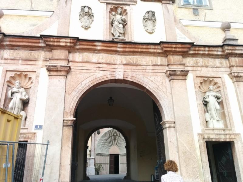 Der Eingang des Stifts Lilienfeld, leider mit ein wenig Bauzaun an der Seite - Pilgern auf der Via Sacra
