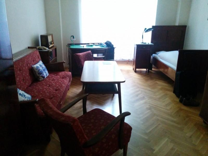 Blick ins Komfort-Einzelzimme im Stift Lilienfeld vom Eingang her