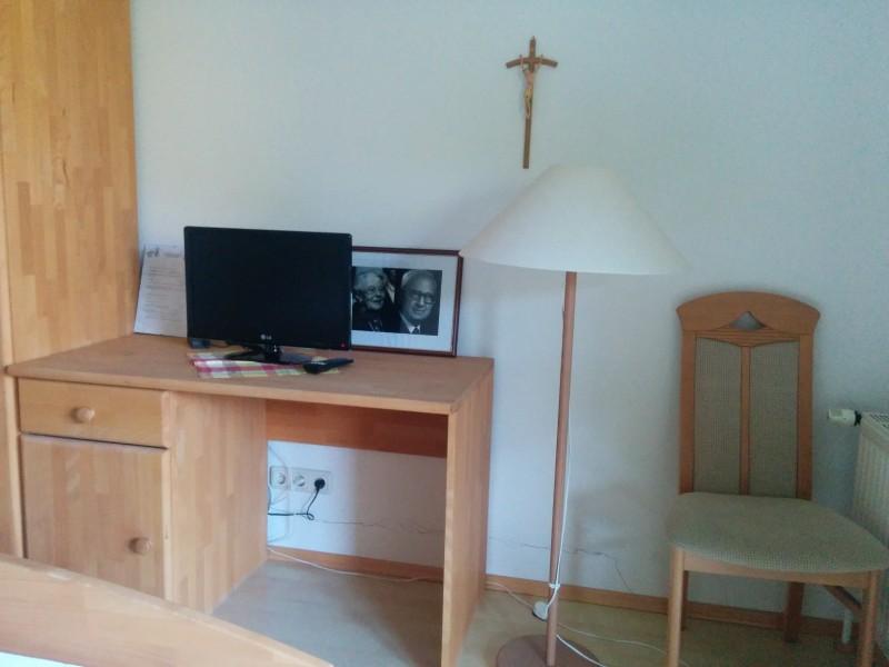Schreibtisch und sogar ein LCD Fernseher im Via Sacra Gastgeber Pension Kirchenwirt in Klein-Mariazell