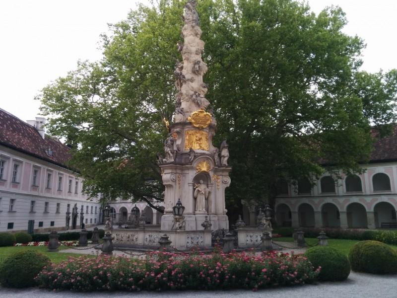 Dreifaltigkeitssäule von Guiliani im Stift Heiligenkreuz auf der Via Sacra