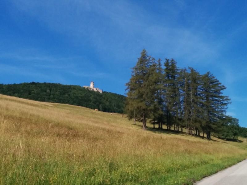 Die Araburg bei unserer Anfahrt von unten - Pilgern auf der Via Sacra