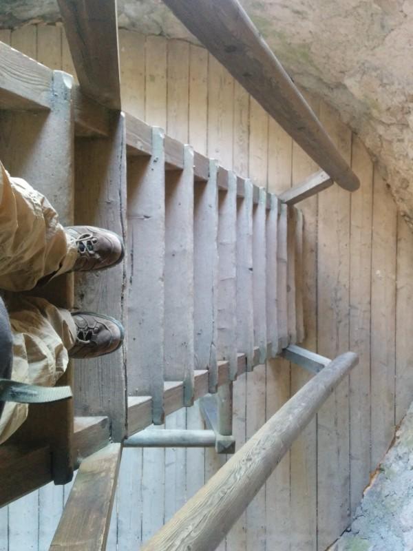 Treppe abwärts im Turm der Araburg - Pilgern auf der Via Sacra