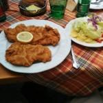 Gebackenes mit Salat im Gasthof Löffler in Wiesenfeld - Pilgern auf der Via Sacra