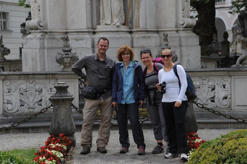 Wir vor der Dreifaltigkeitssäule im Stift Heiligenkreuz