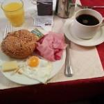 Mein Frühstücksteller im Gasthof Meyer / Annaberg, eine typische Pilgerunterkunft an der Via Sacra