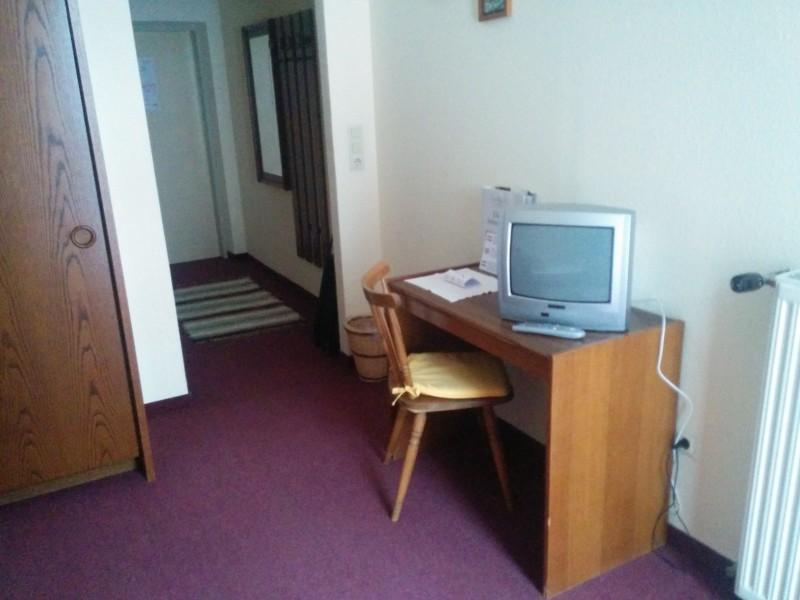 Schreibtisch mit Fernseher im Gasthof Meyer / Annaberg an der Via Sacra