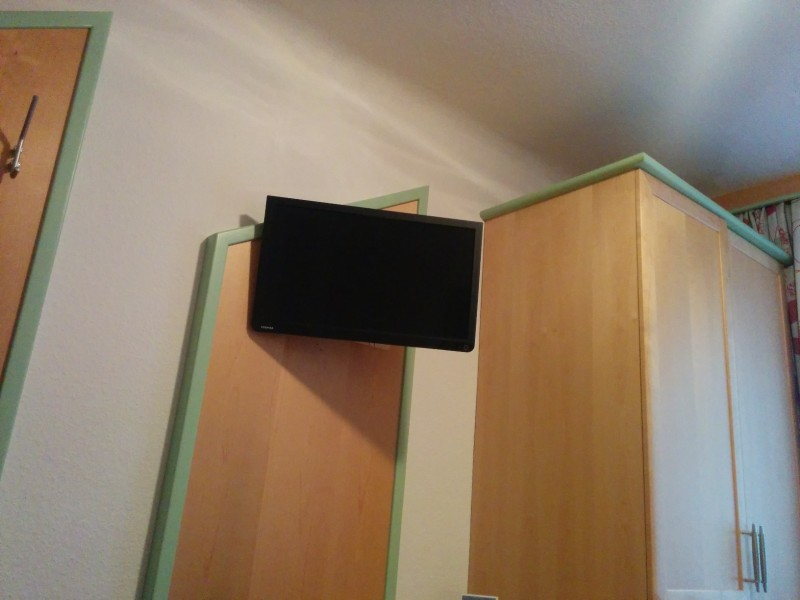 TV im Einzelzimmer des Hotels Kirchenwirt in Mariazell am Ziel der Via Sacra