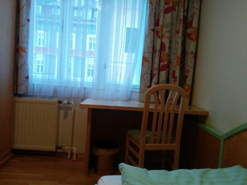 Schreibtisch am Fenster im Hotel Kirchenwirt Mariazell am Ziel der Via Sacra