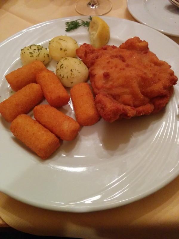 Gebackenes mit Kroketten und Kartoffel