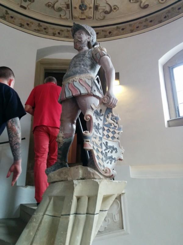 Statute am oberen Ende der Treppe im Schloss Weikersheim