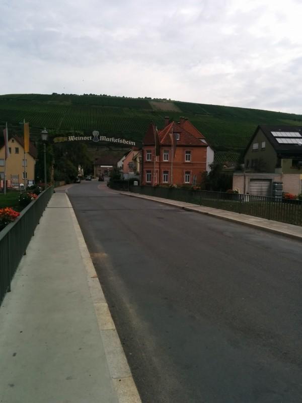 Blick über die Brücke in Markelsheim Richtung Weinberge und Bahnhof