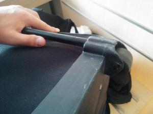 Kaputte Aufhängung der Rolle am Koffer