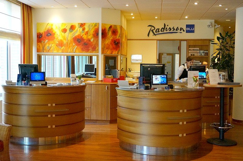 Offene Rezeption im Radisson Blu Karlsruhe (Bild: Udo Weisner vom Reiseblog JoIgele)