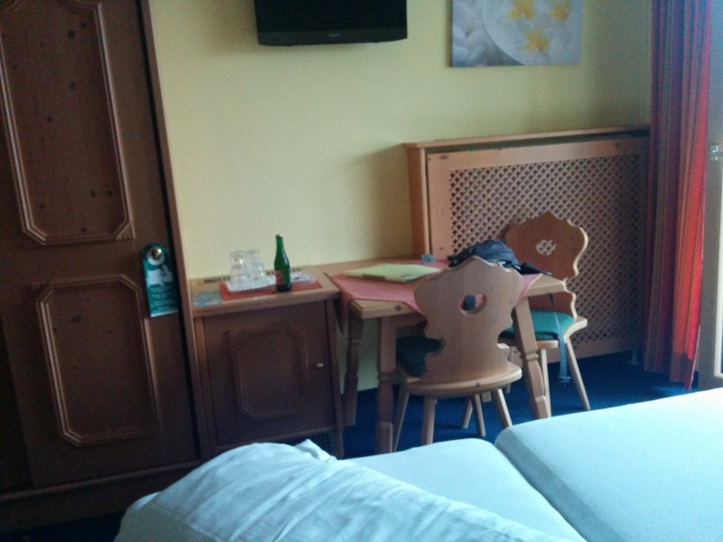 Das noch nahezu jungfräuliche Zimmer mit Schreibtisch - und LCD-TV aufgehängt gegenüber des Bettes im Gästehaus Steger Kaprun