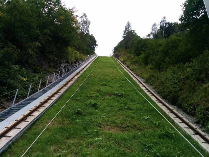 Ein teil der Strecke des Lärchwandschrägaufzugs von unten aus dem Aufzug auf dem Weg zu den Hochgebirgsstauseen Kaprun