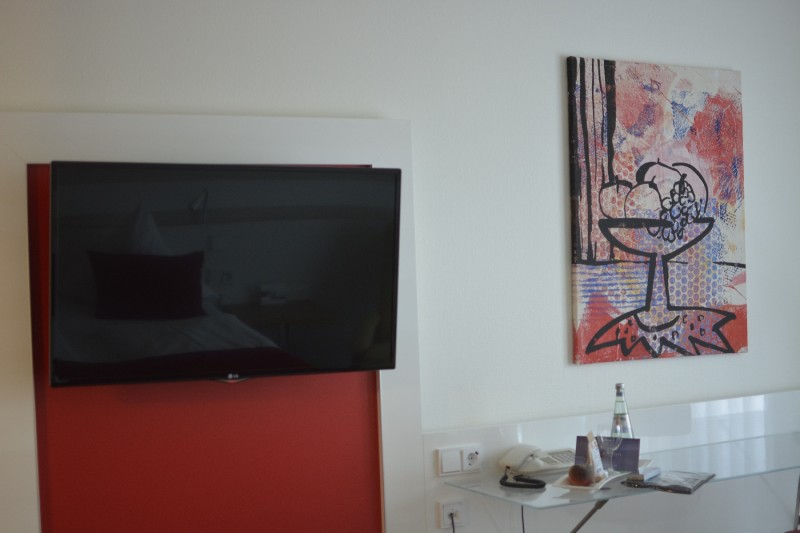 TV, Schreibisch und Kunst im Radisson Blu Karlsruhe
