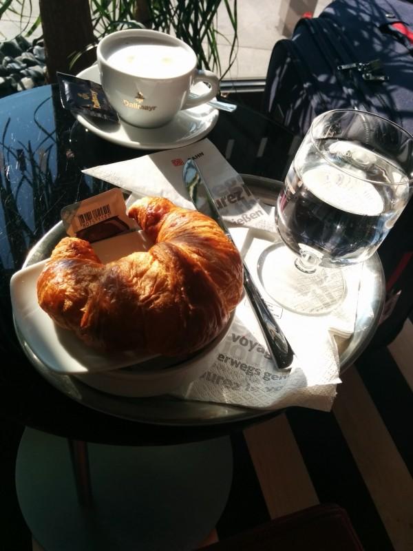 Frühstück in der 1. Klasse Lounge im Berliner Hauptbahnhof - Croissants