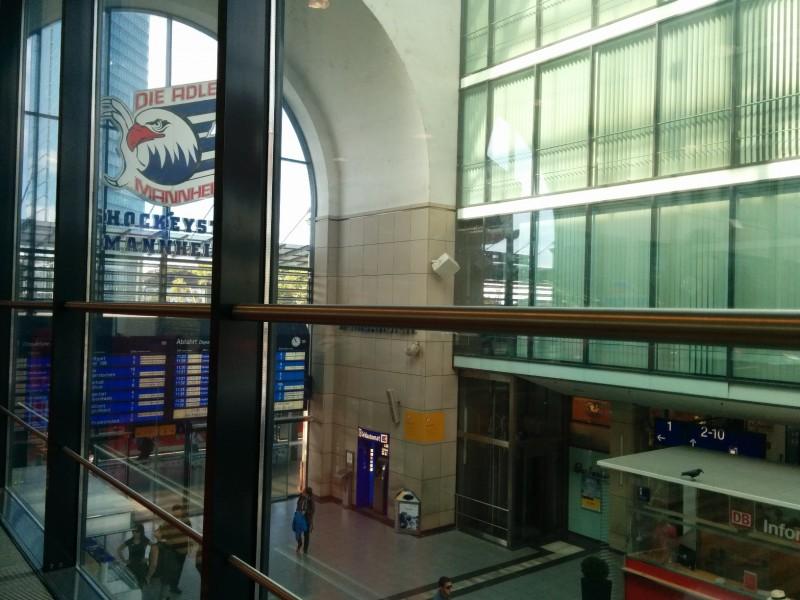 Blick in die Bahnhofshalle Mannheim aus der DB Bahn Lounge