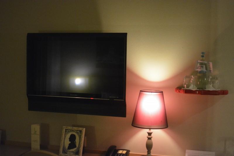 LCD TV im Hotelzimmer des Designhotels Gendarm nouveau Berlin