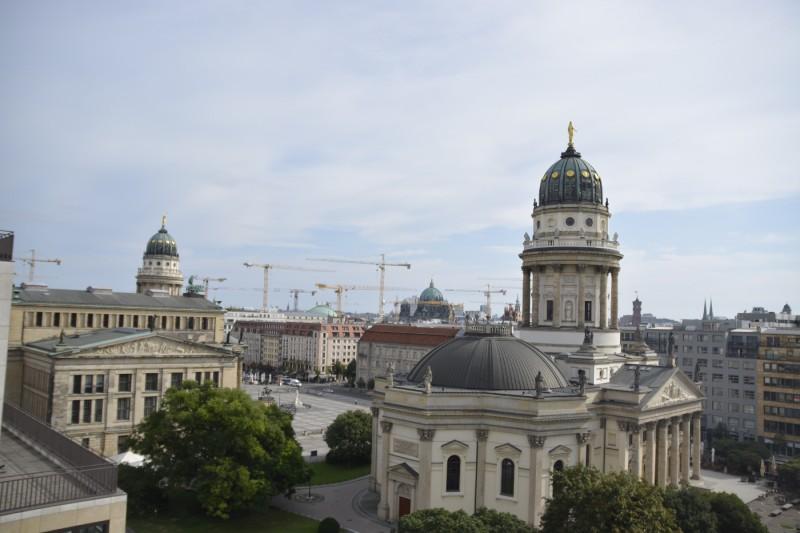 Blick von oben aus der Panoramalounge des Hotels auf den Gendarmenmarkt