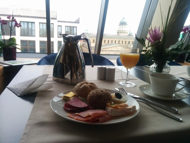 Frühstück mit Ausblick in der Panoramalounge des Hotels Gendarm nouveau Berlin