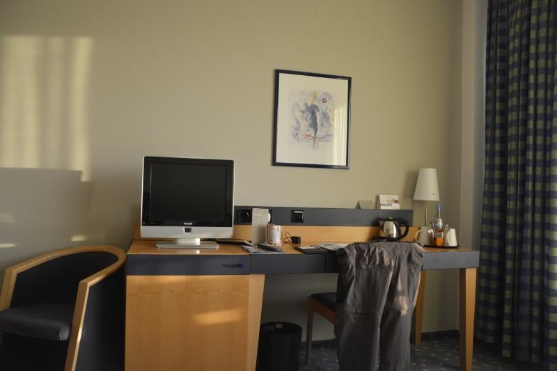 Schreibtisch, LCD-TV und Minibar im Hotel Park Plaza Prenzlauer Berg Berlin